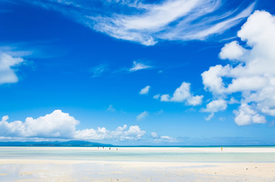 爽快な海辺と空
